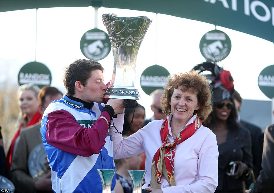 3F1424C600000578 4393488 An ecstatic Fox kisses the trophy on Saturday alongside One For a 28 1491672512108